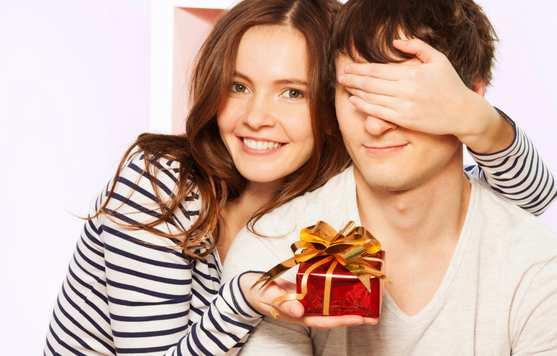 novia le entrega un regalo a su novio