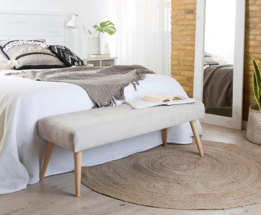 Descalzadora al lado de una cama