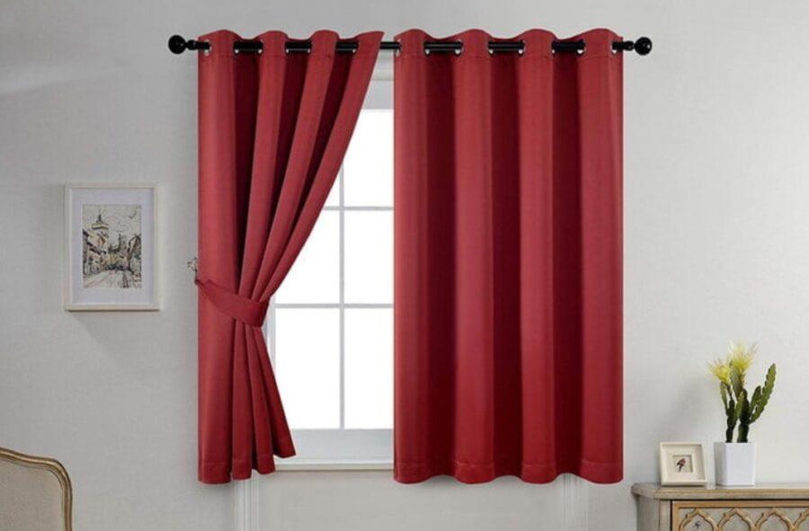 ventana con cortina roja conforama